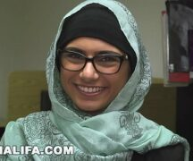 Ninfeta muçulmana tomando rola dentro da xota