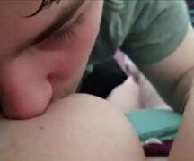 Homem Mamando Peito De Mulher – Video Homem Mamando Peito De Mulher