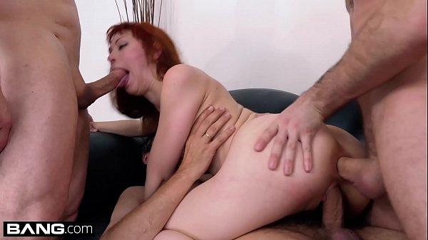 Corno Legendado esposa gosta dos primos fodendo a bucetinha dela