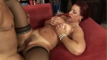 Porno Buceta ruiva coroa adora um novinho dotado fodendo a bucetinha