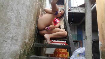 Siririca No Quintal fodendo a bucetinha gostoso na chuva