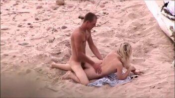 Transando na praia com a loira tesuda que adora trepar